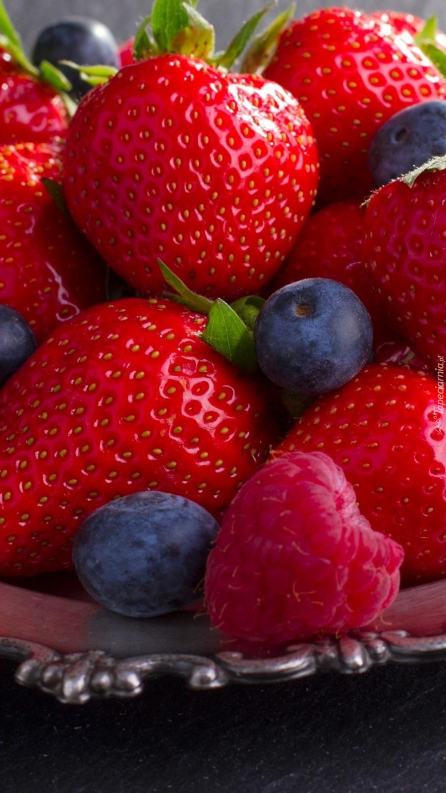 Malina i jagody wśród truskawek