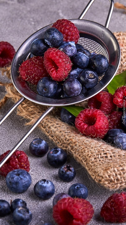 Maliny i jagody na sitku