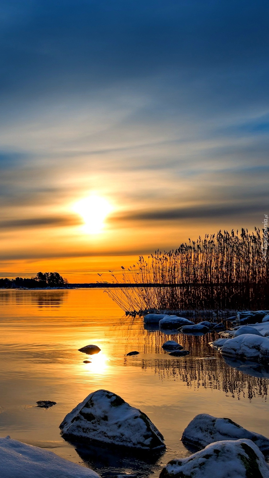 Malowniczy zachód słońca na jeziorem