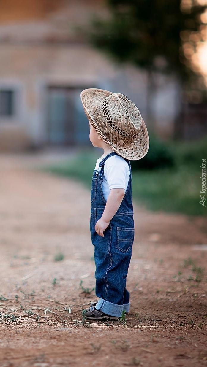 Mały chłopczyk w dużym kapeluszu