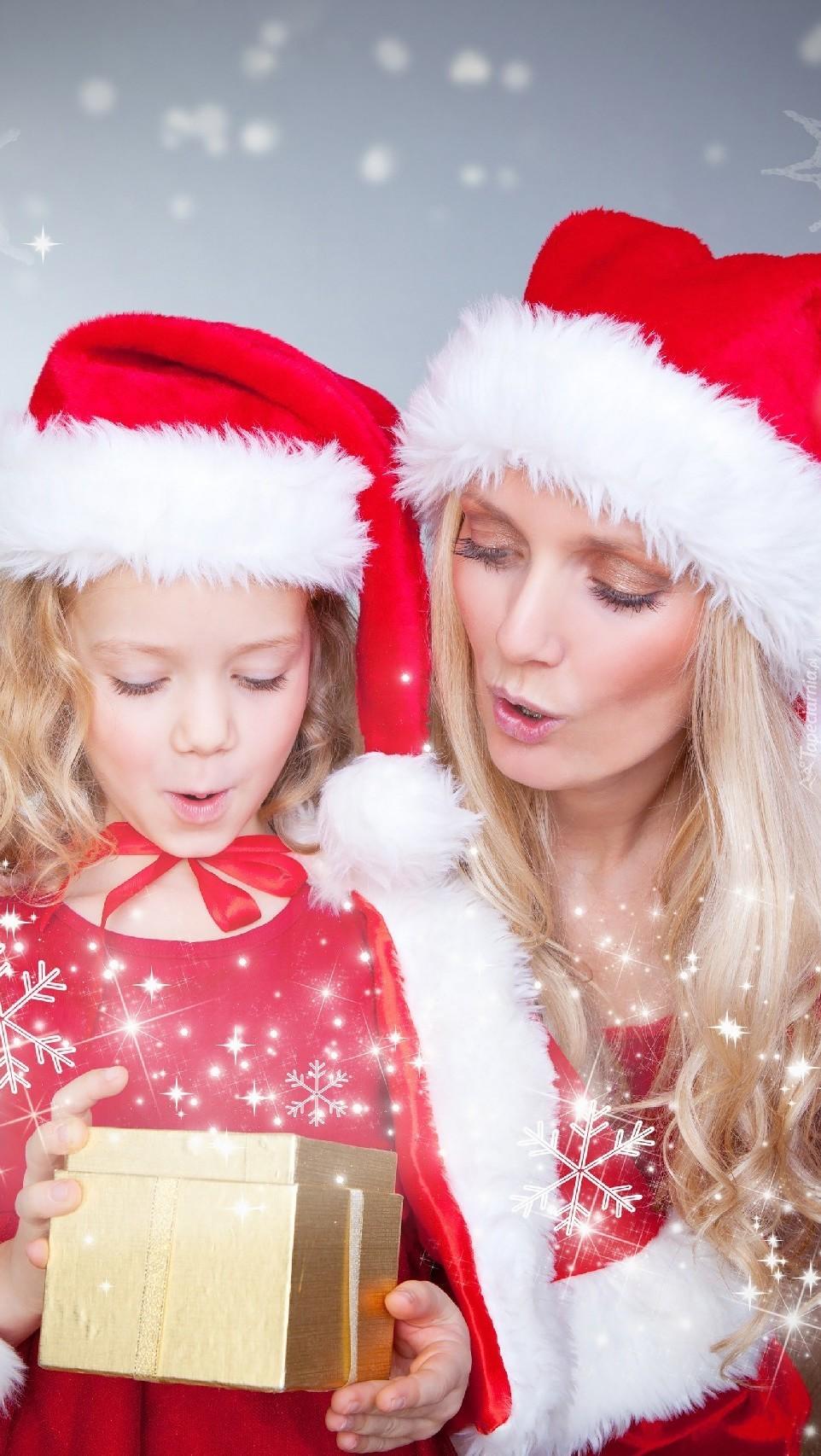 Mama z córką w stroju Mikołaja