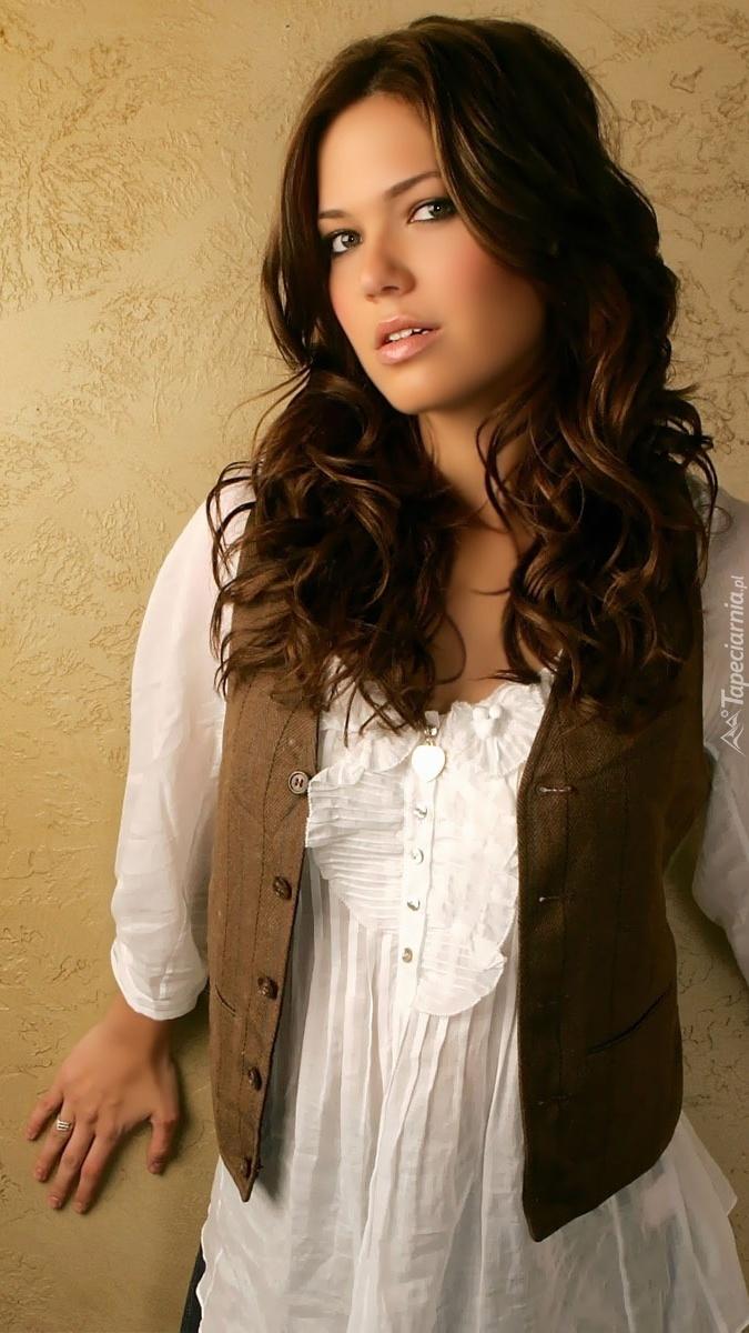 Mandy Moore w białej bluzce
