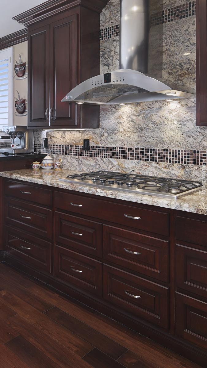 Marmurowy blat i ścianka w kuchni