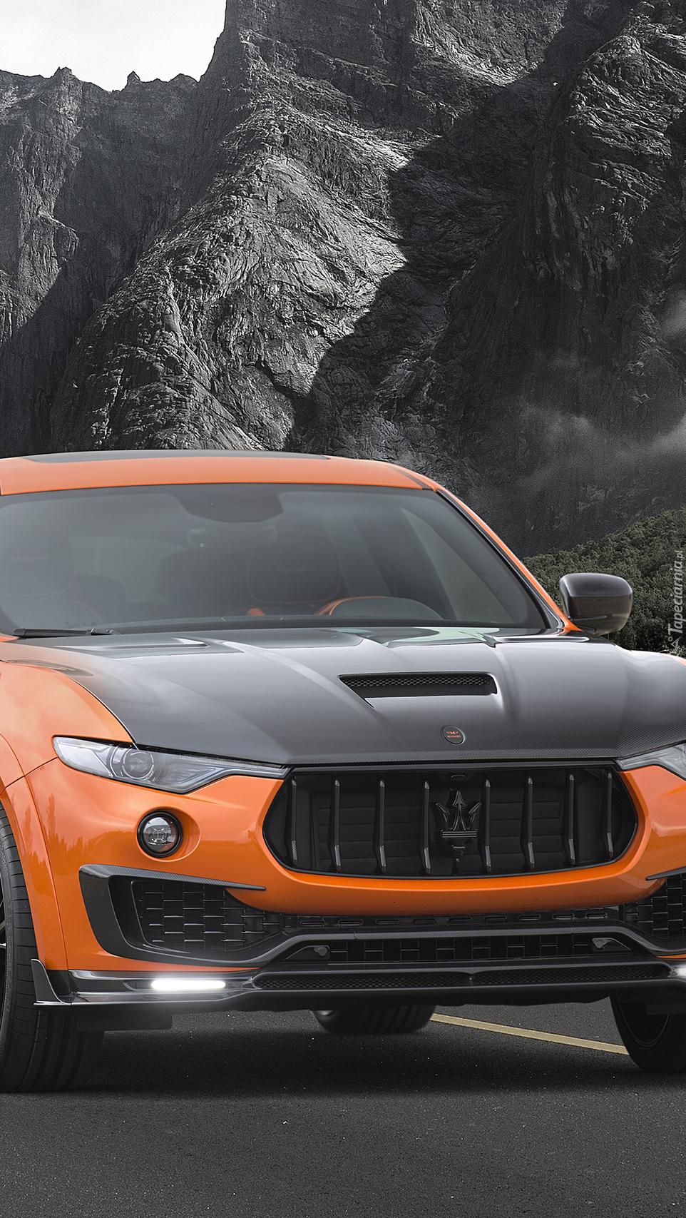 Maserati Levante na tle gór