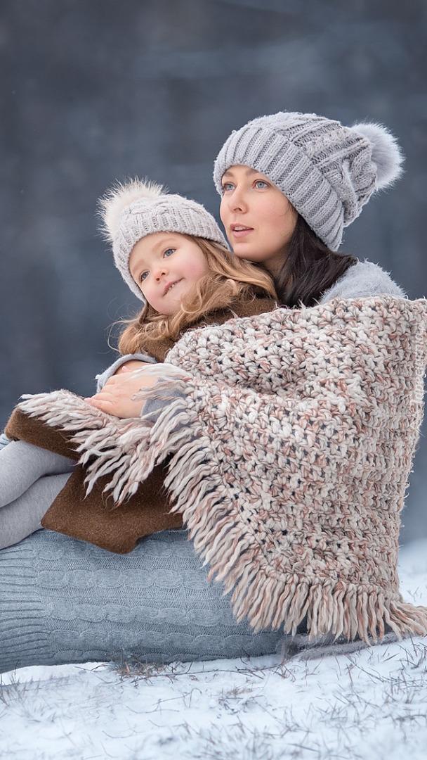 Matka z córką na śniegu