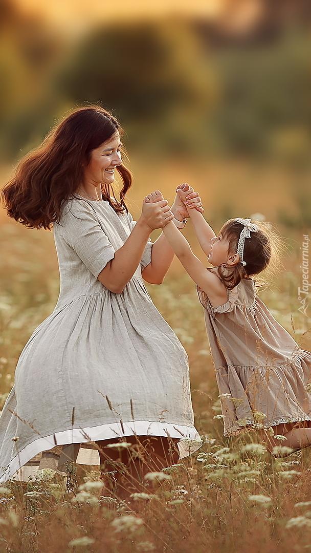 Matka z dzieckiem na łące