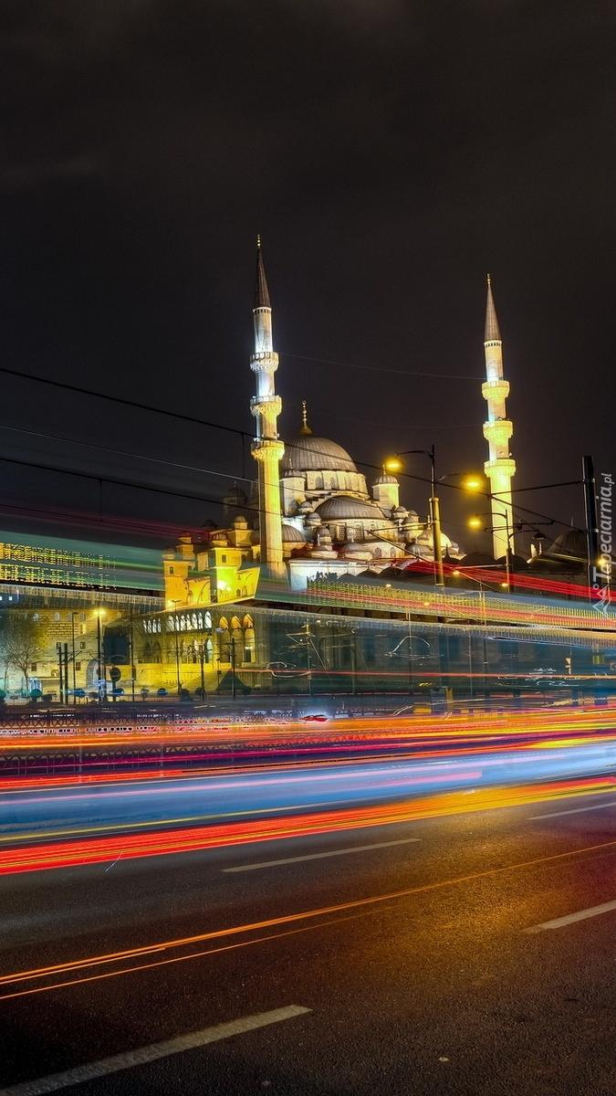 Meczet obok ruchliwej ulicy