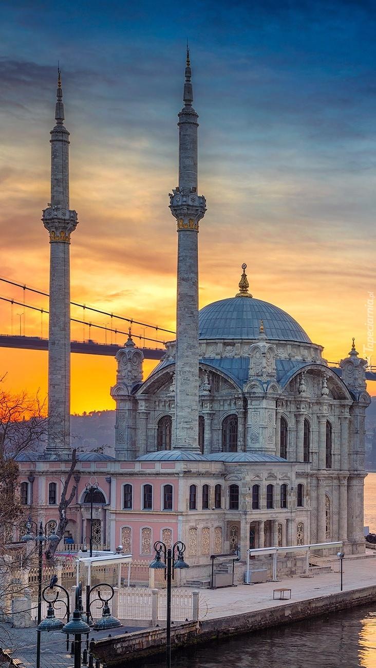 Meczet w Turcji przy moście Bosforskim