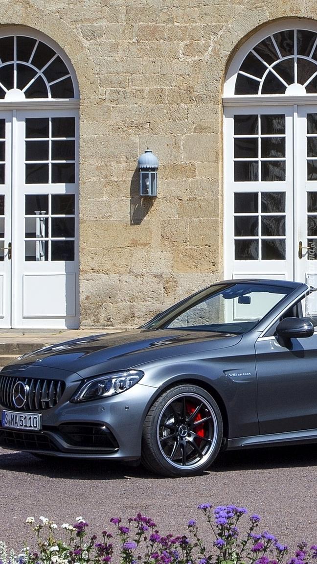 Mercedes AMG C63 Cabrio przed domem