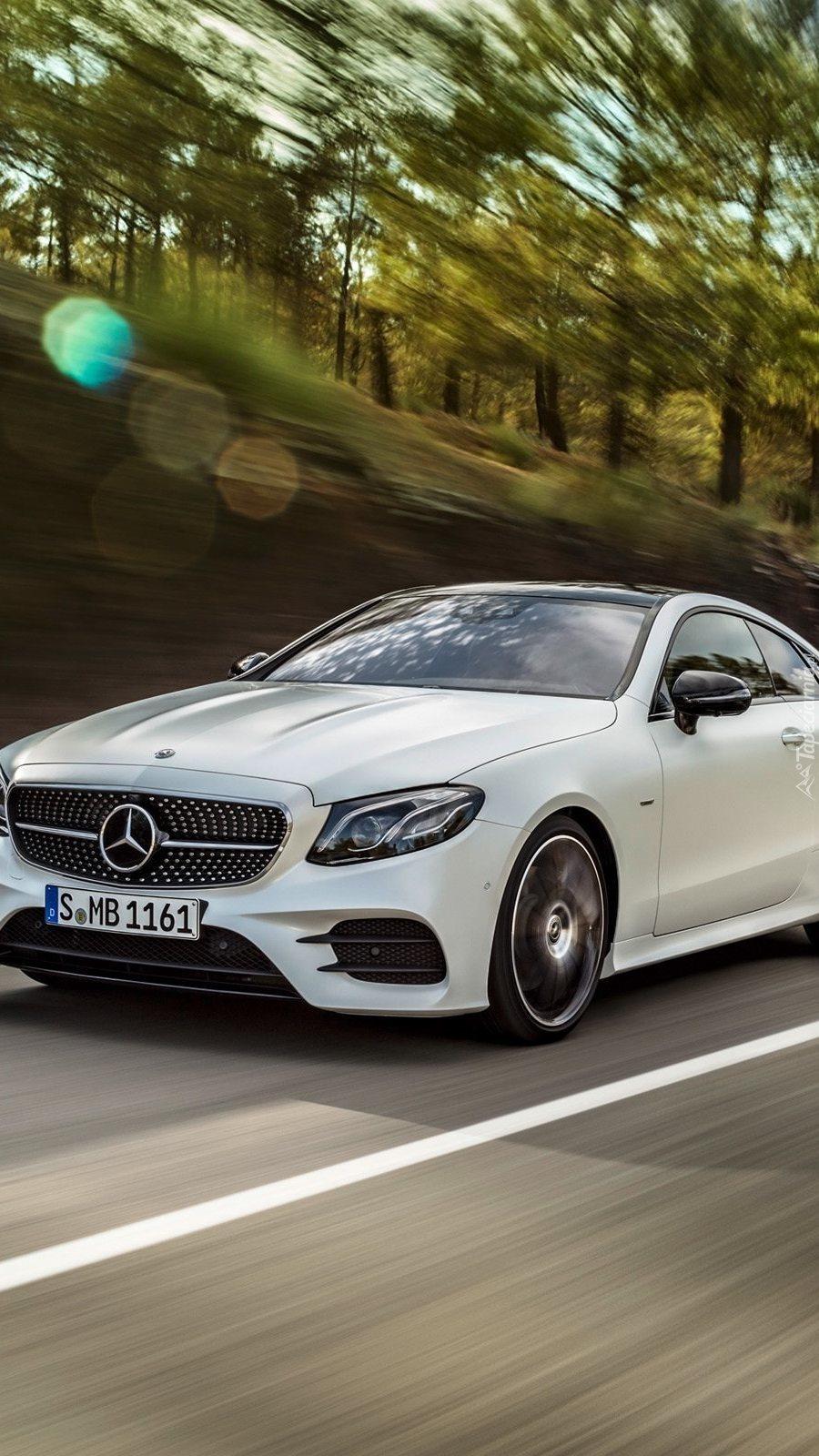 Mercedes mknie ulicą