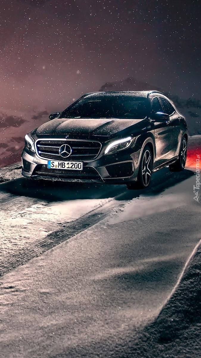 Mercedes na zimowej drodze