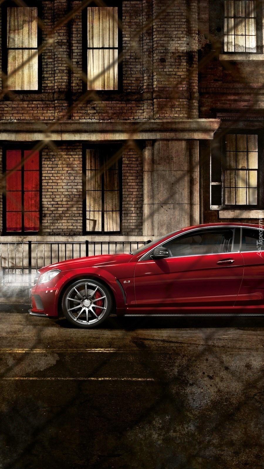 Mercedes pod blokiem na ulicy nocą