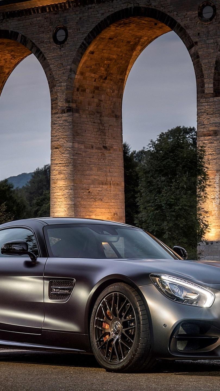Mercedes pod filarami