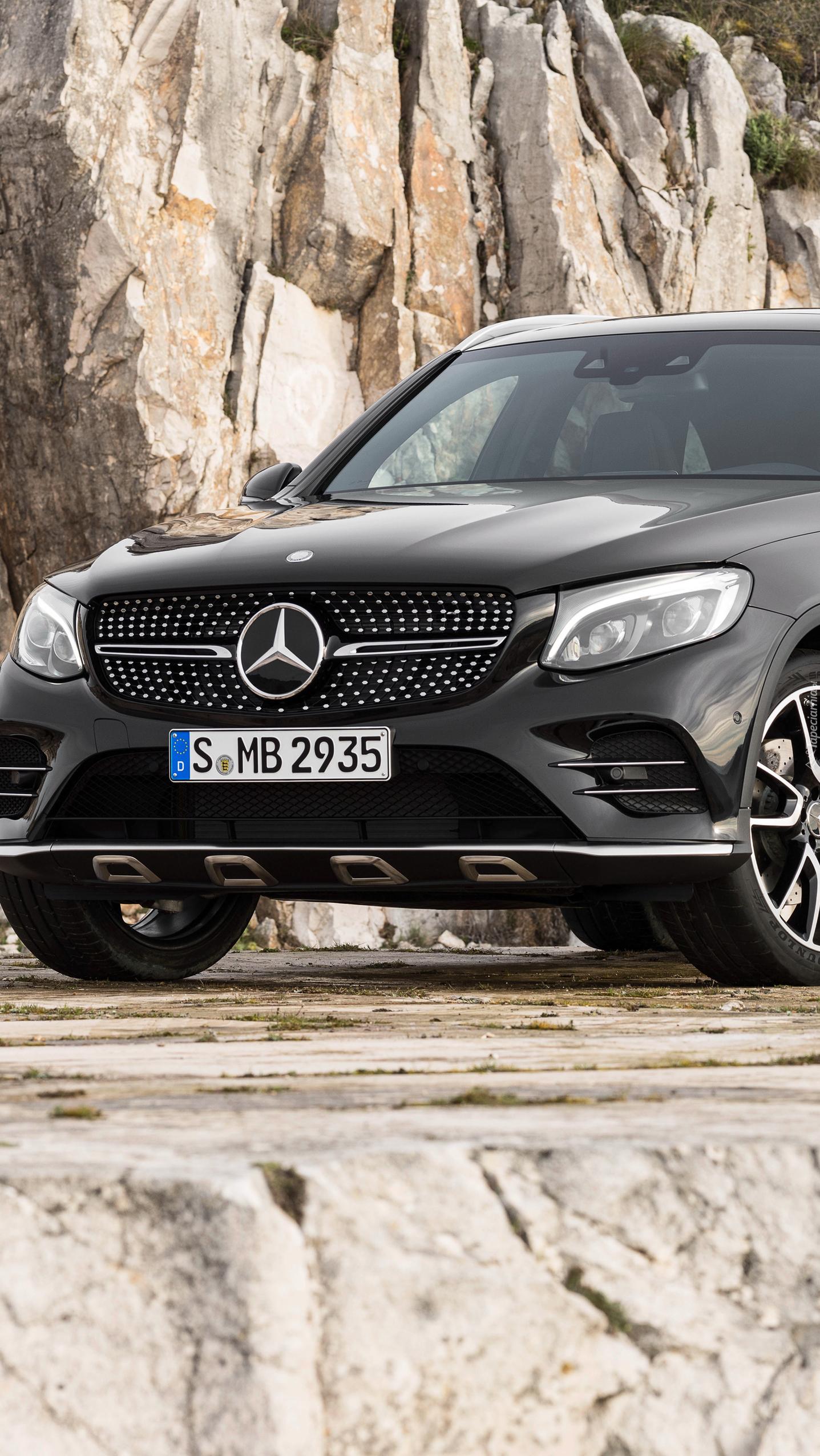 Mercedes przy skałach
