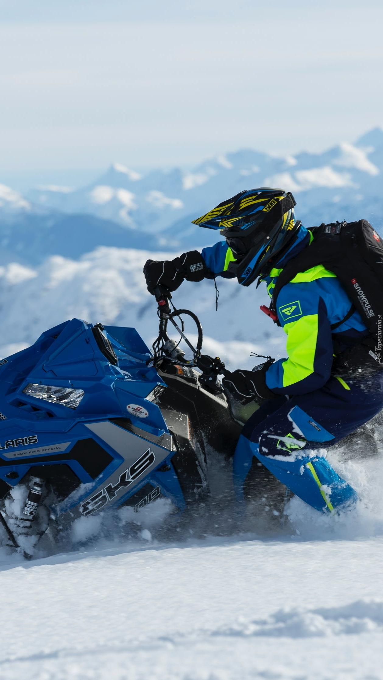 Mężczyzna na skuterze śnieżnym
