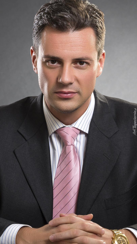 Mężczyzna w garniturze pod krawatem