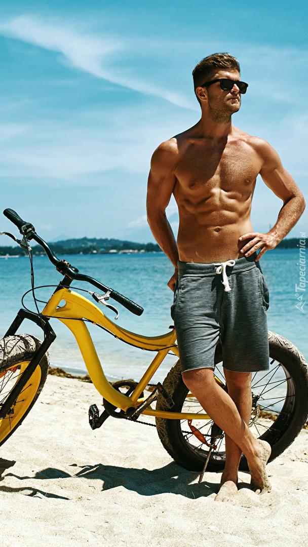 Mężczyzna w okularach z rowerem