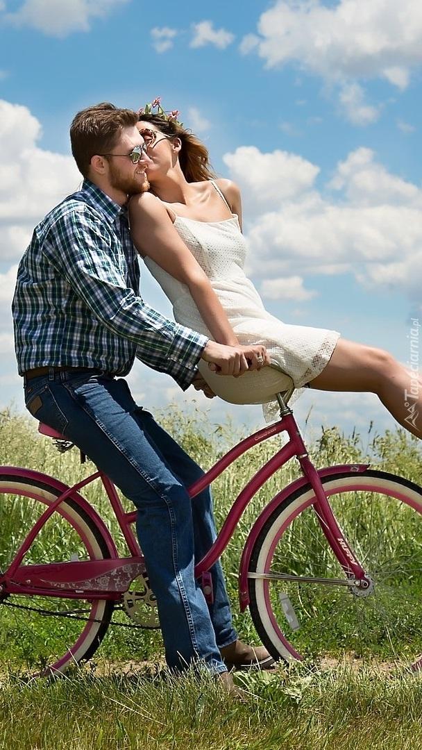 Mężczyzna z kobietą na rowerze