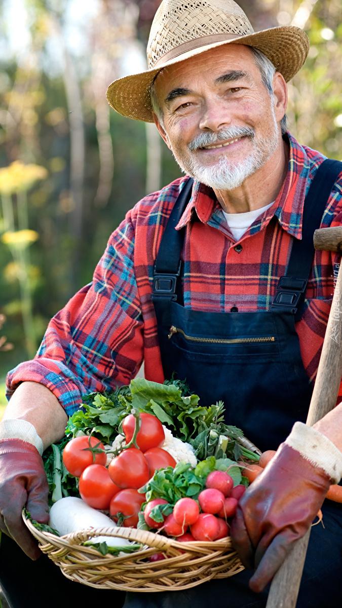 Mężczyzna z koszykiem warzyw