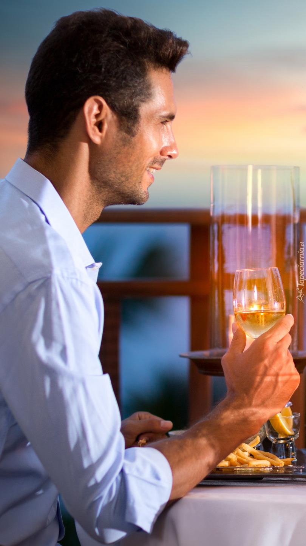 Mężczyzna z lampką wina
