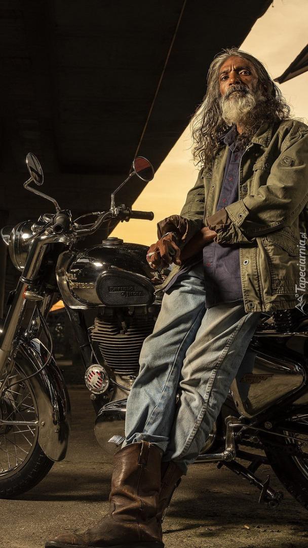 Mężczyzna z motocyklem