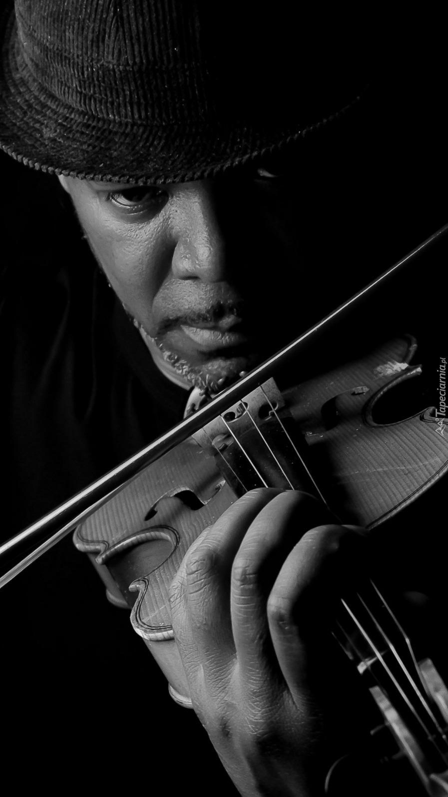 Mężczyzna ze skrzypcami