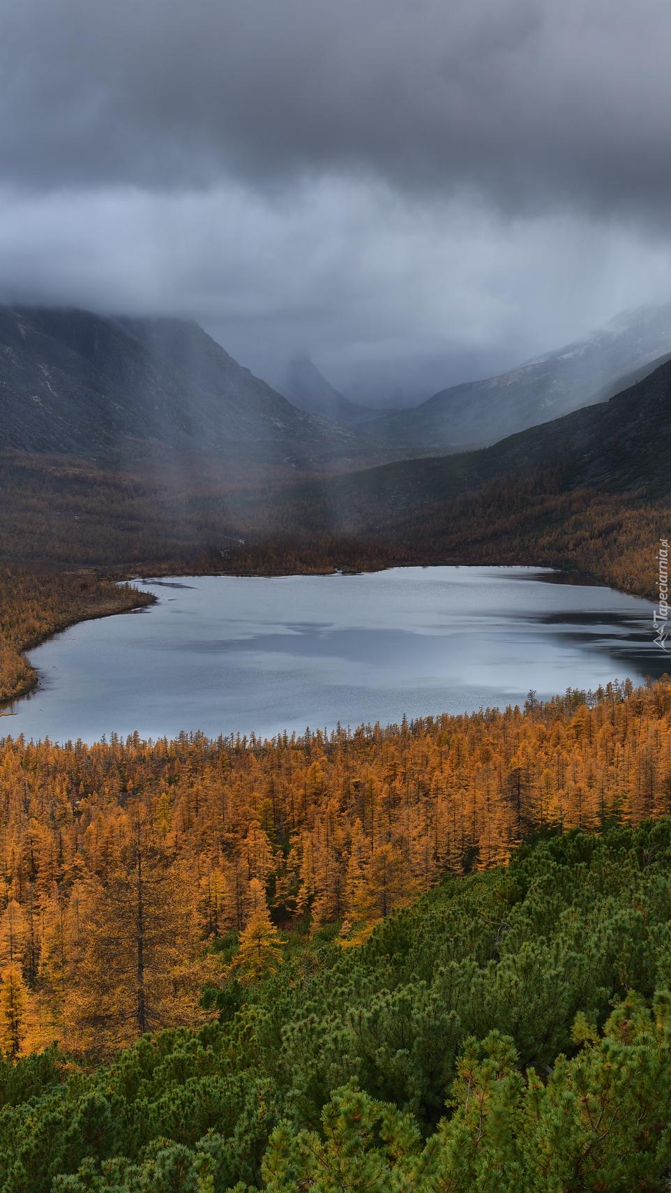 Mgła i chmury nad Jeziorem Nevidimka w górach Kołymskich