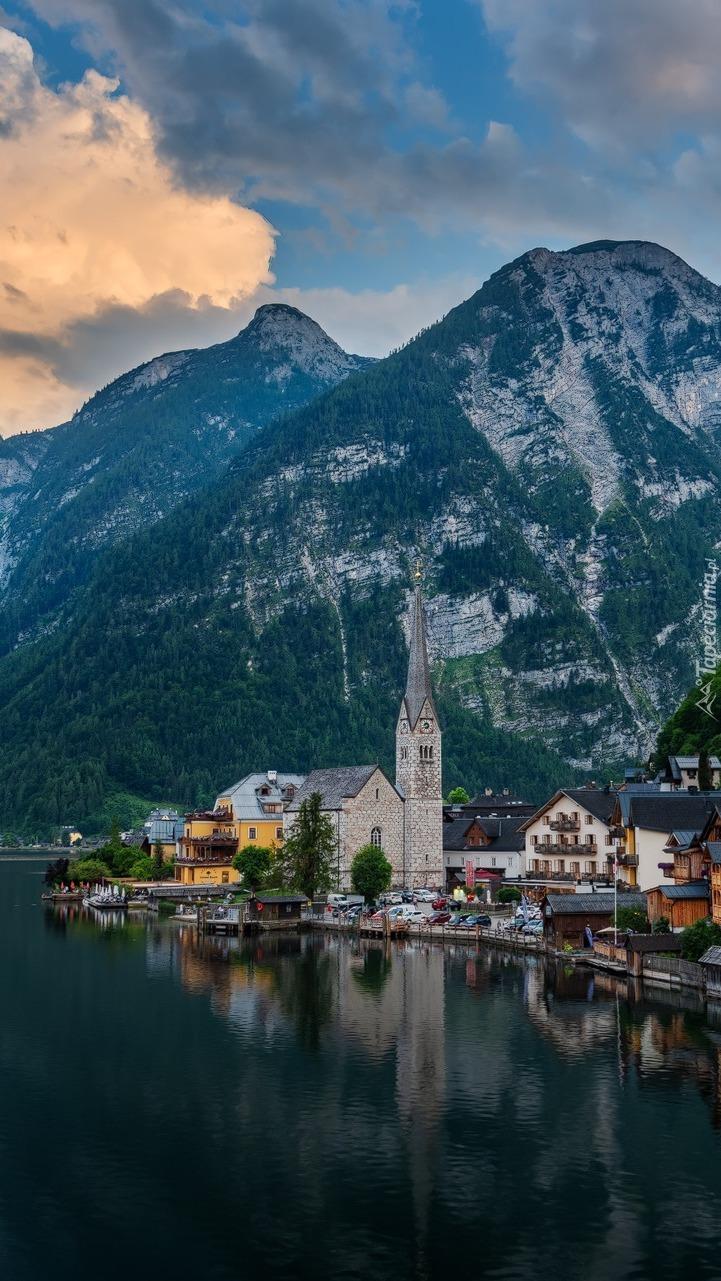 Miasteczko Hallstatt nad jeziorem w Austrii