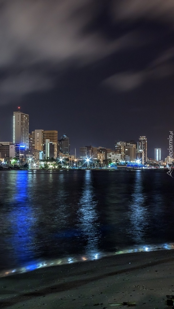 Miasto nad oceanem nocą