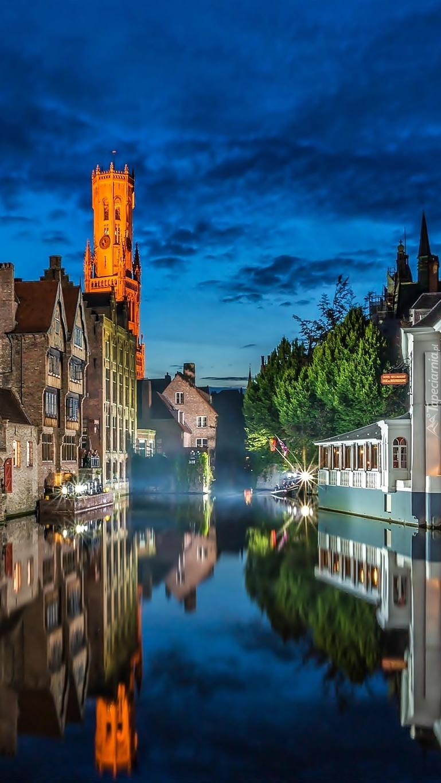 Miasto nad wodą nocą
