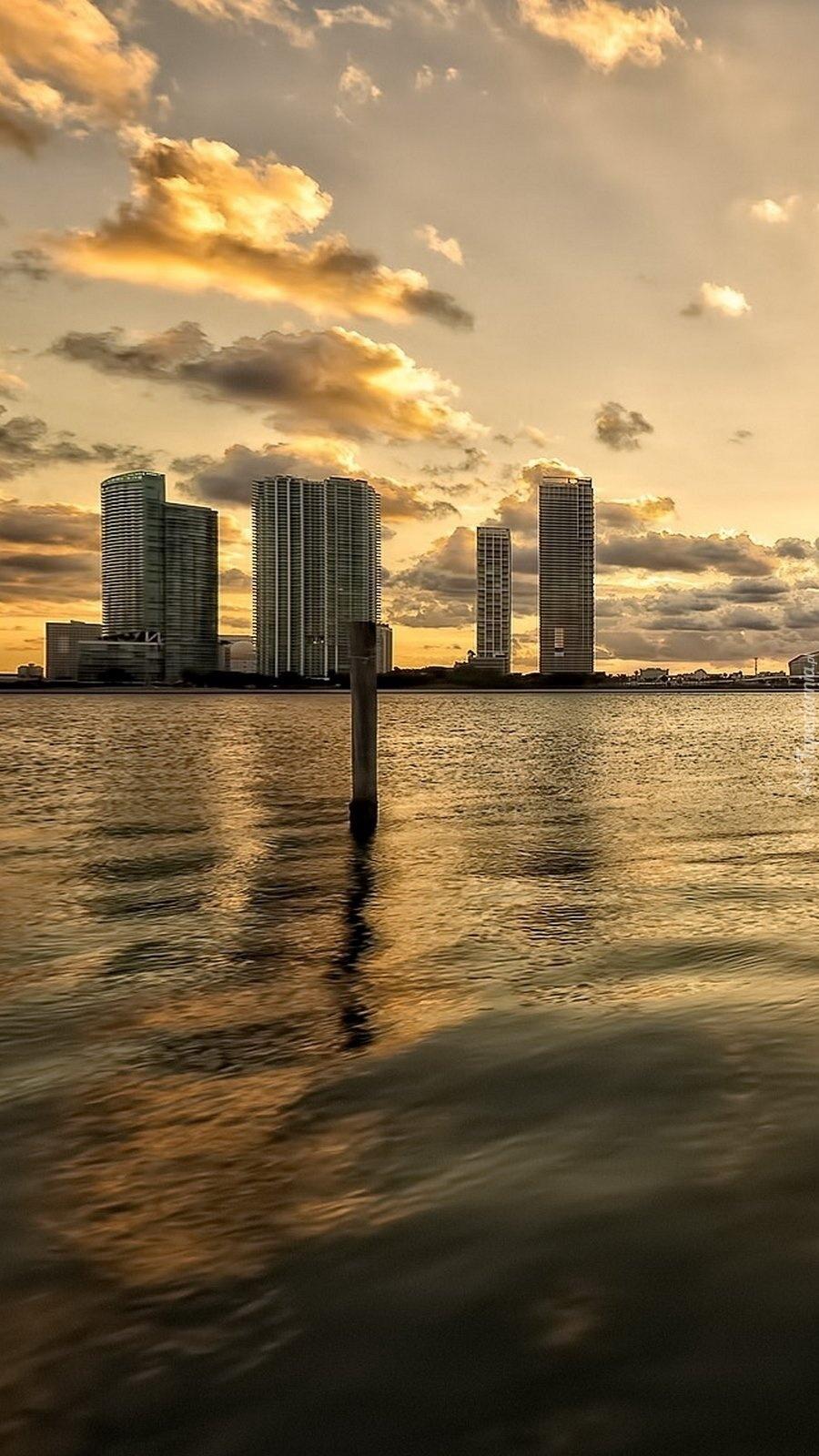 Miasto nad wodą o wschodzie słońca