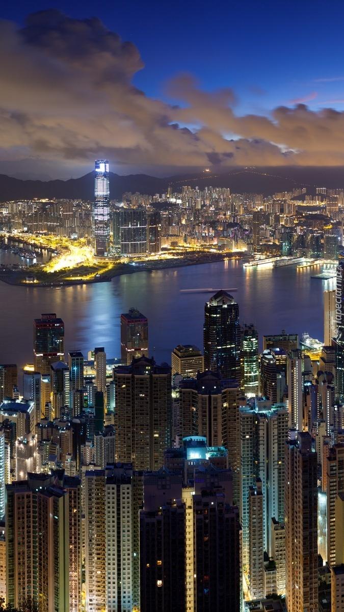 Miasto wieżowców nocą