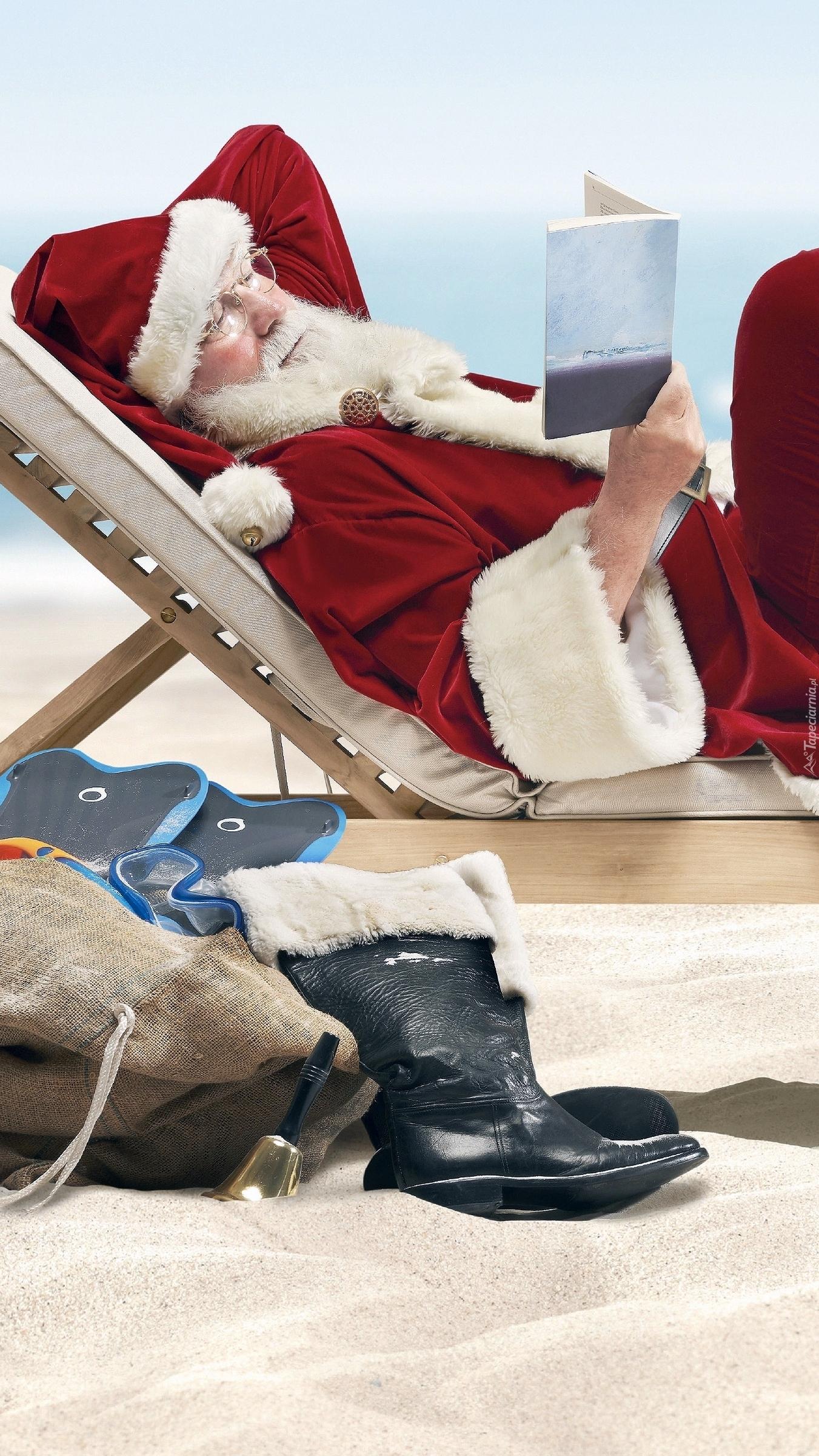 Mikołaj na leżaku z książką