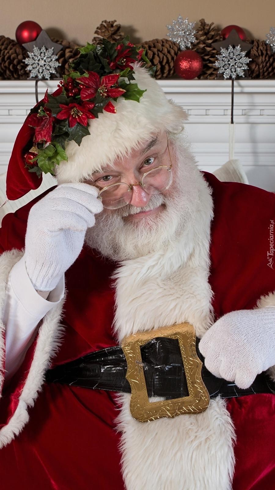 Mikołaj zerkający zza okularów