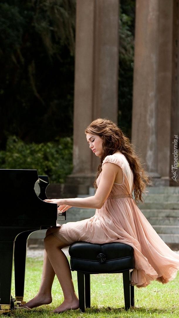 Miley Cyrus przy fortepianie