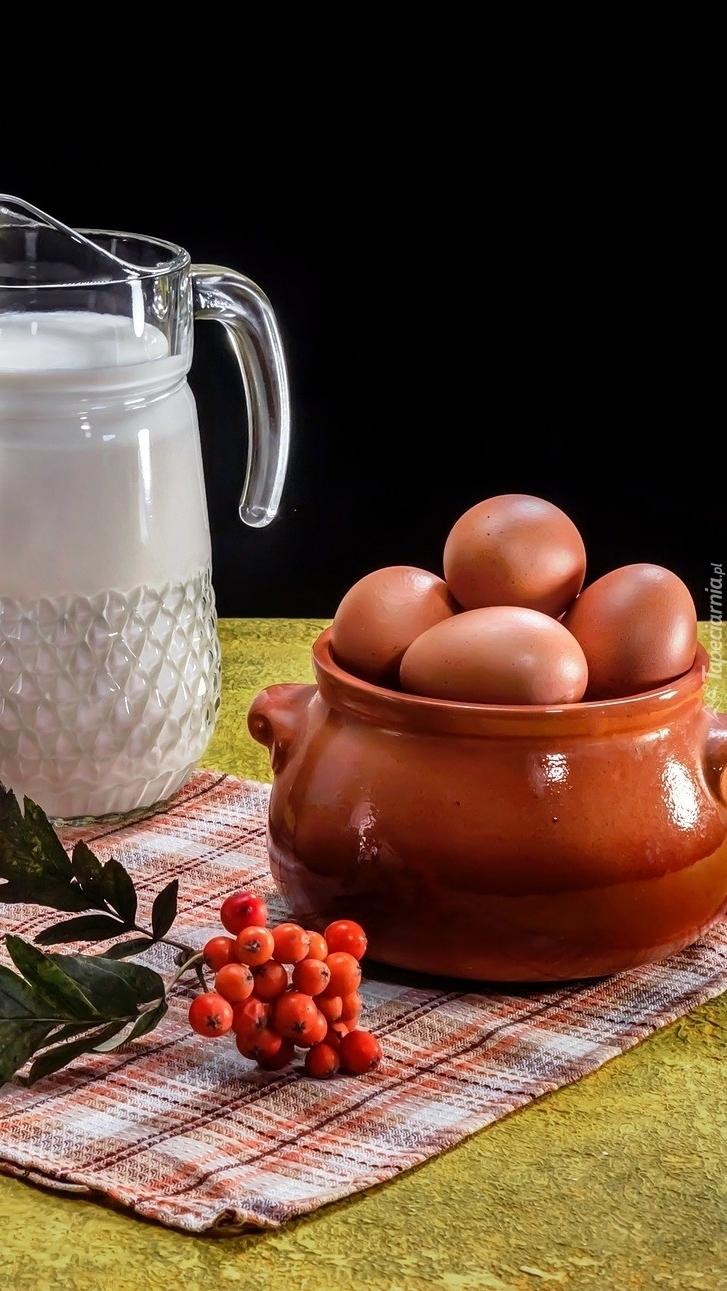 Mleko jajka i jarzębina na serwecie