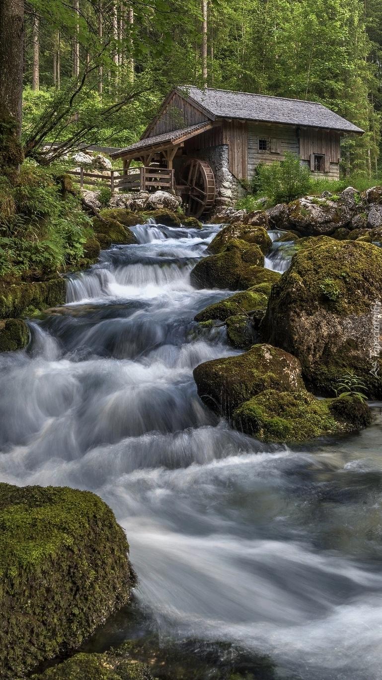 Młyn wodny przy rzece