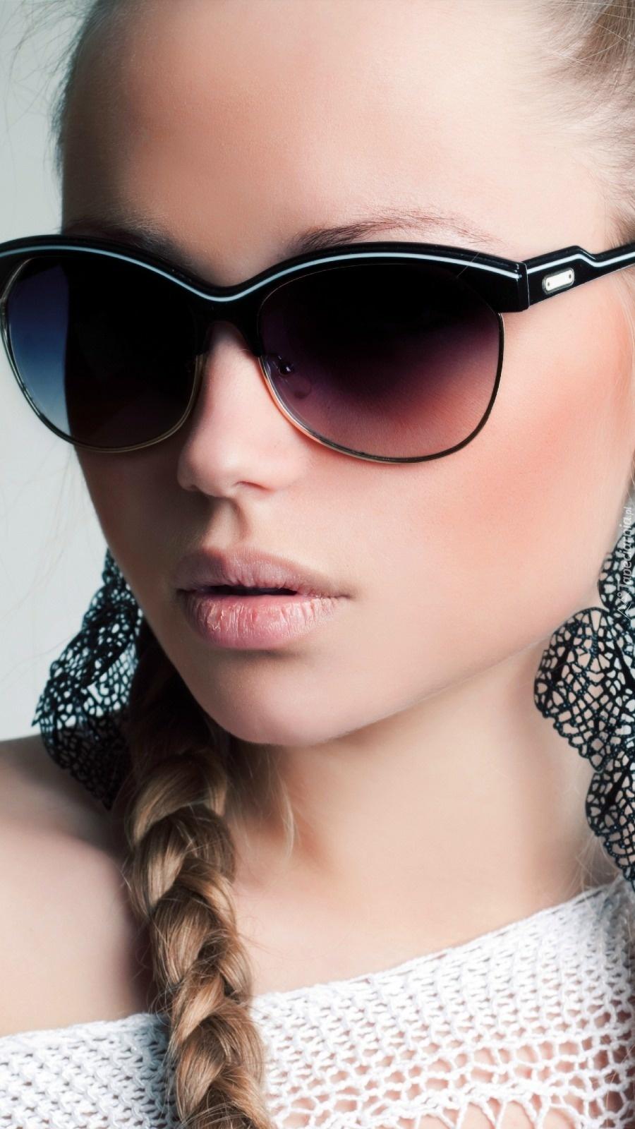 Modelka w okularach