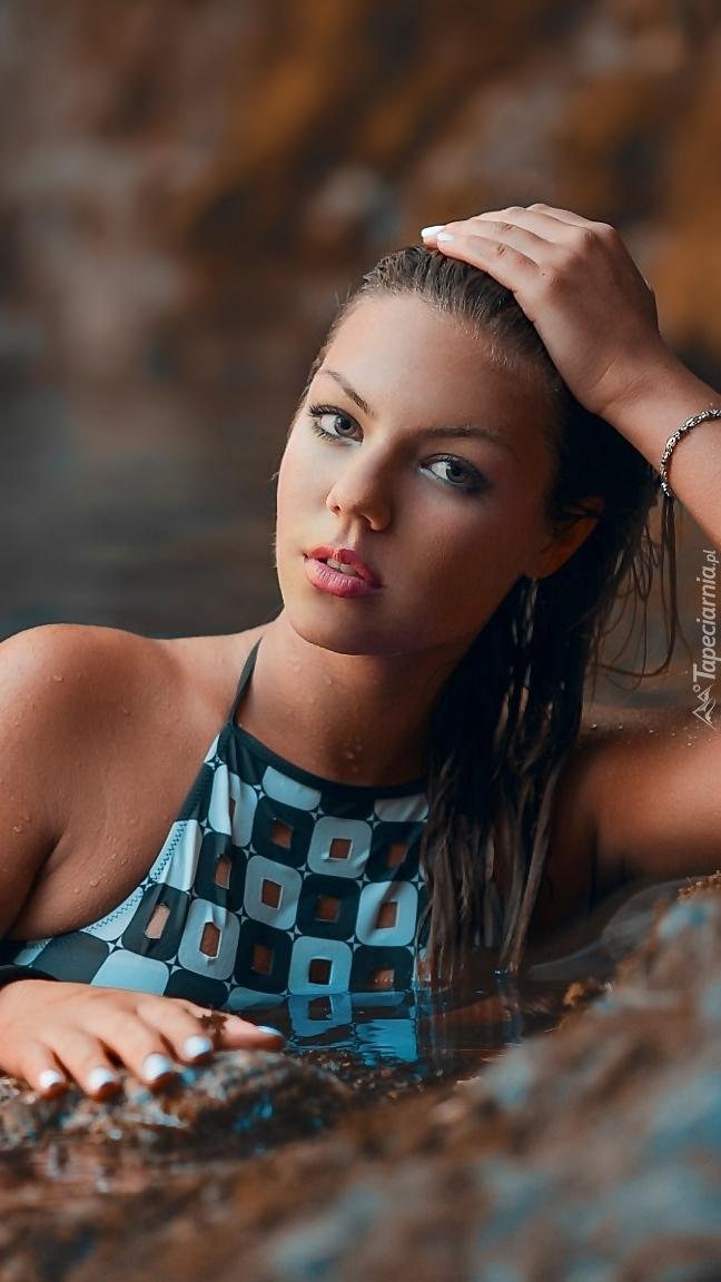 Modelka w stroju kąpielowym w wodzie