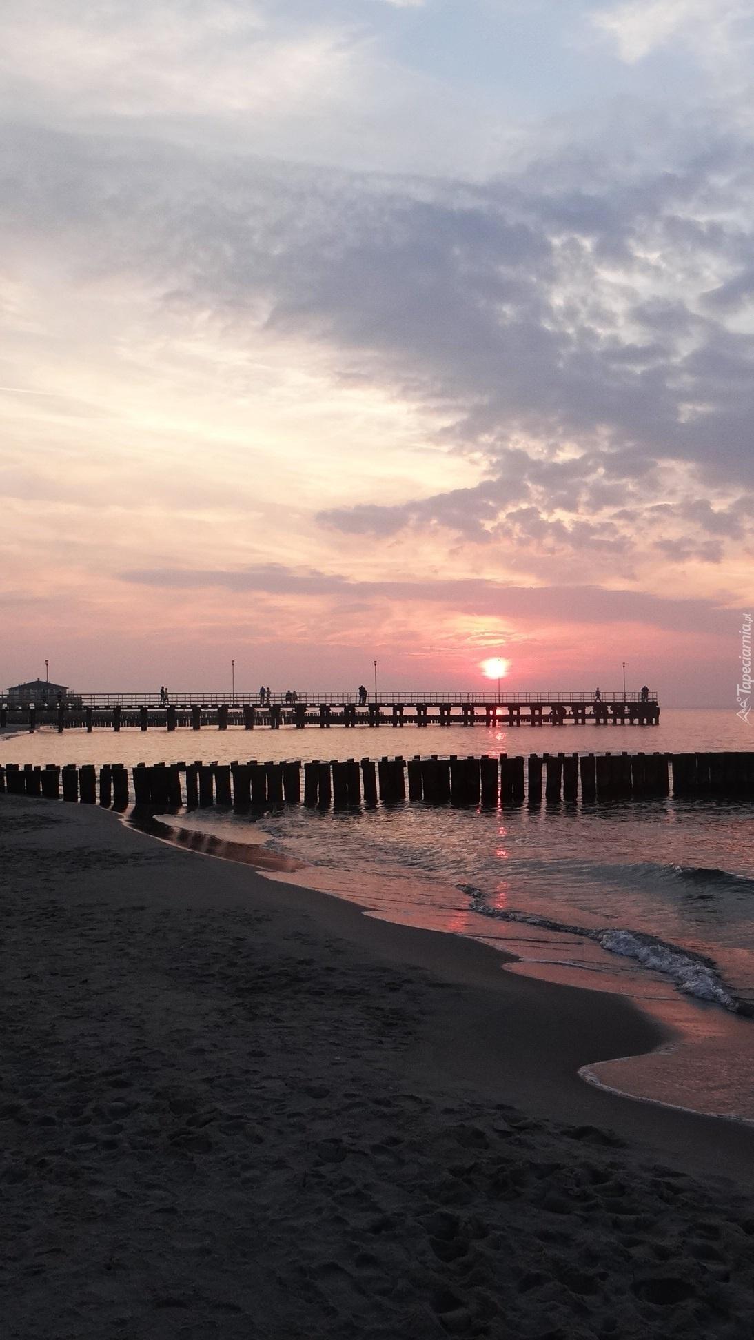 Molo na tle zachodu słońca