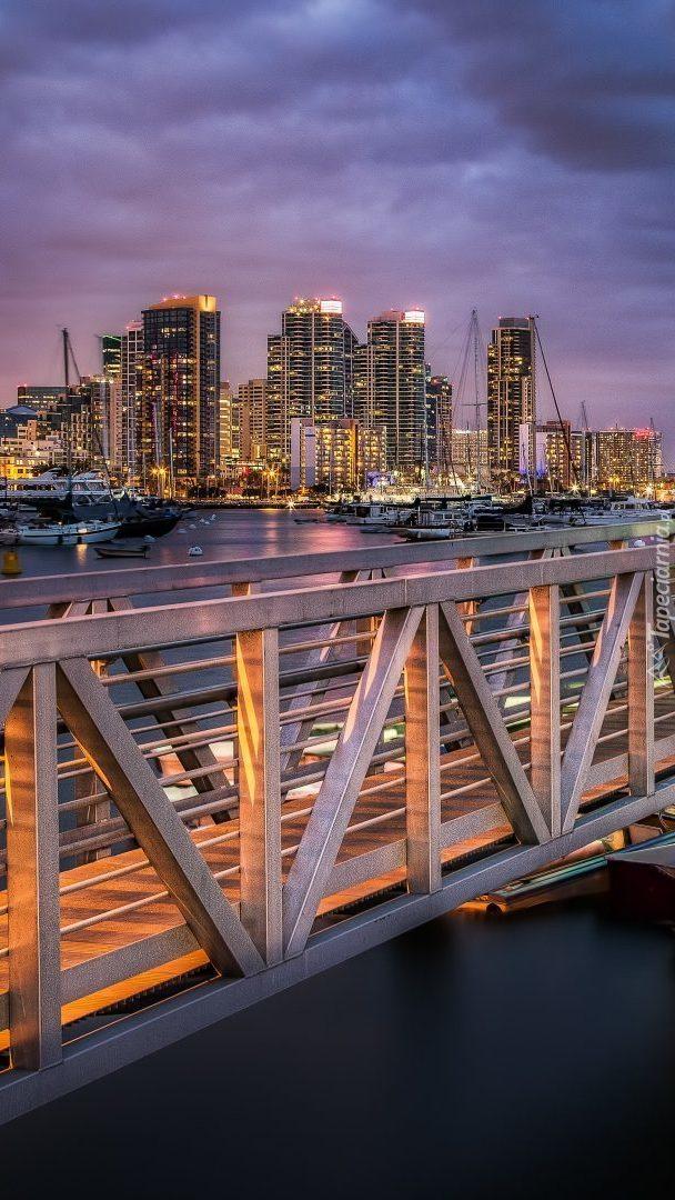 Molo z widokiem na miasto nocą