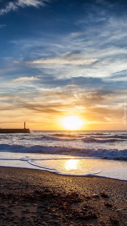 Morskie fale o wschodzie słońca