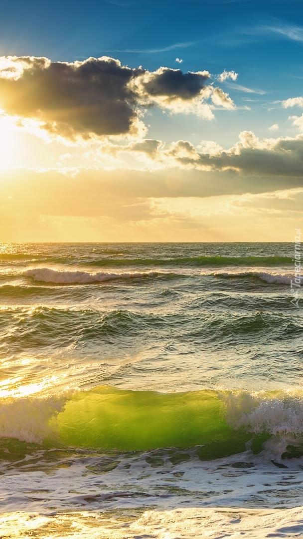 Morskie fale w promieniach słońca