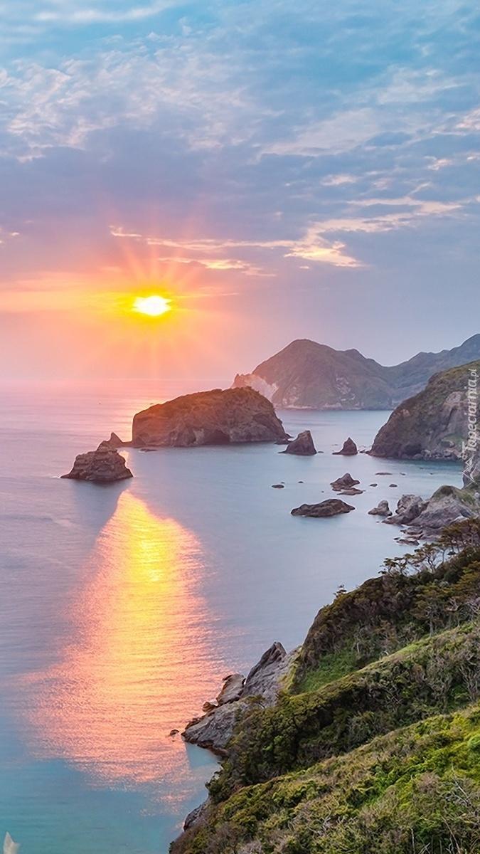 Morskie skały w promieniach słońca