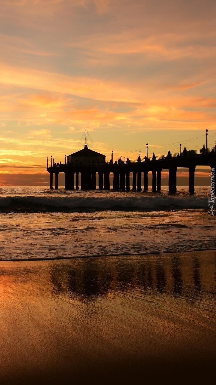 Morze i molo o wschodzie słońca