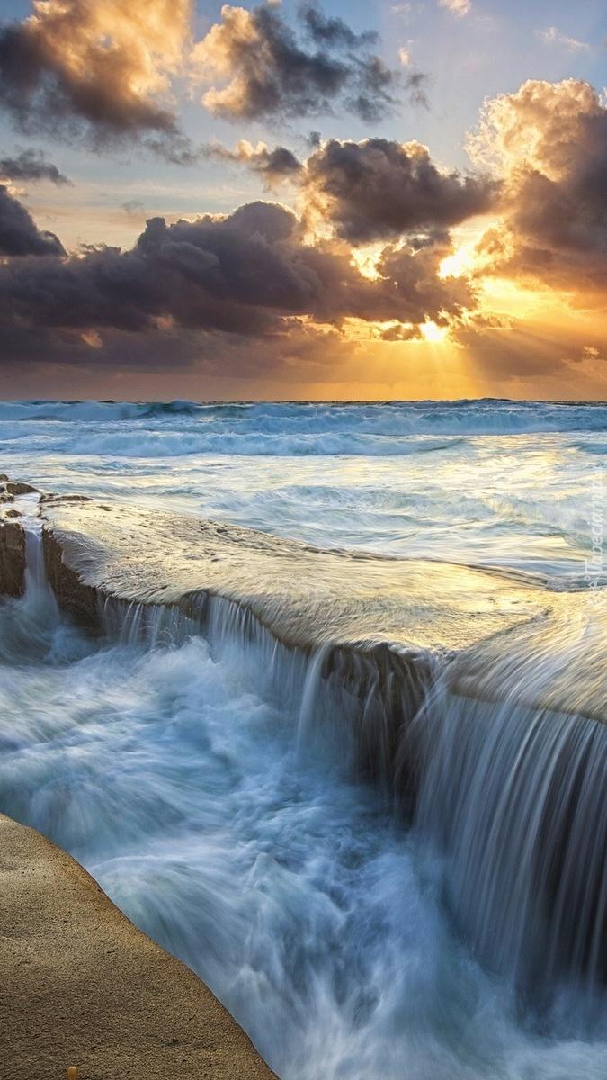 Morze obmywa przybrzeżne skały