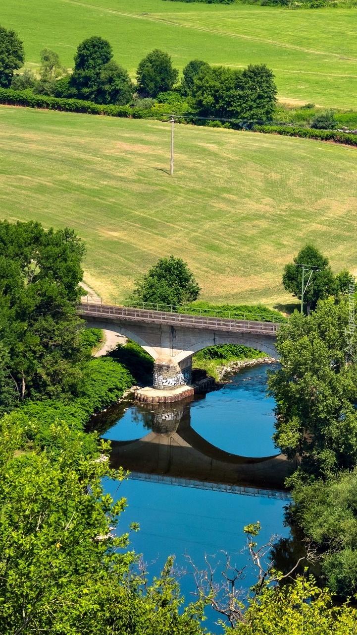Most kolejowy nad rzeką