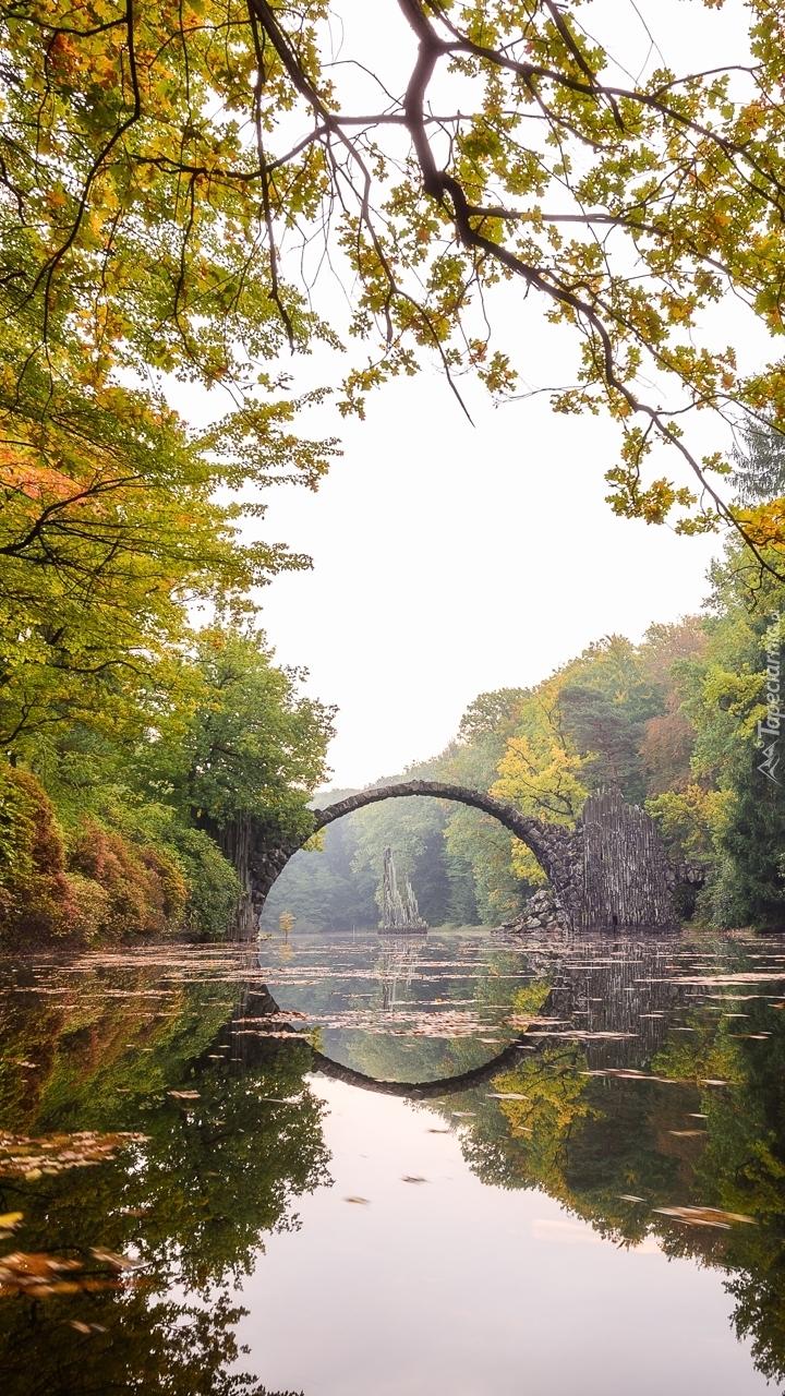 Most łukowy nad jeziorem Rakotz