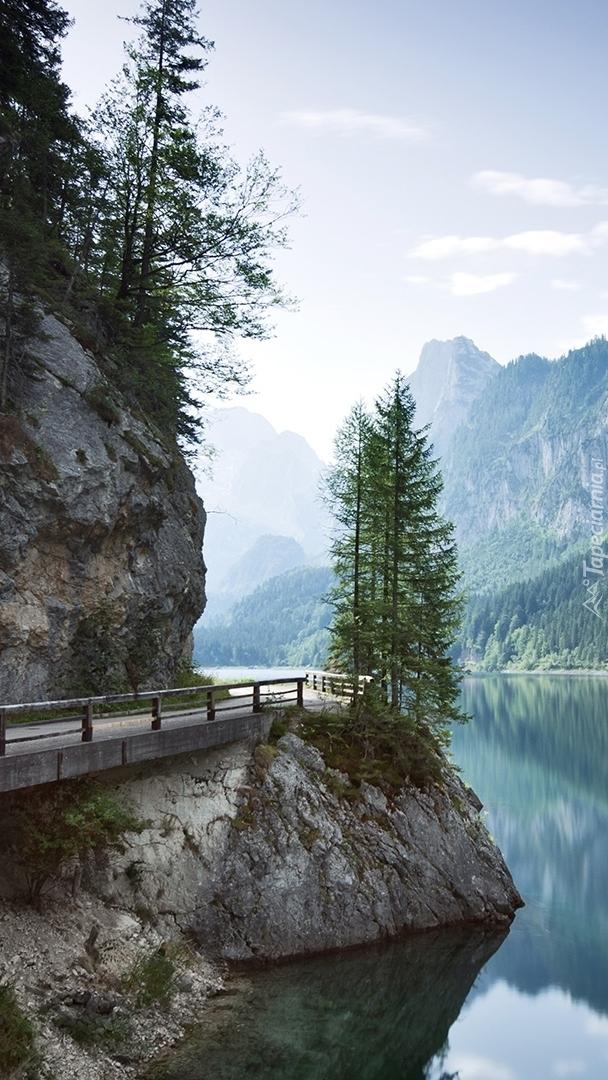 Most na skale nad jeziorem