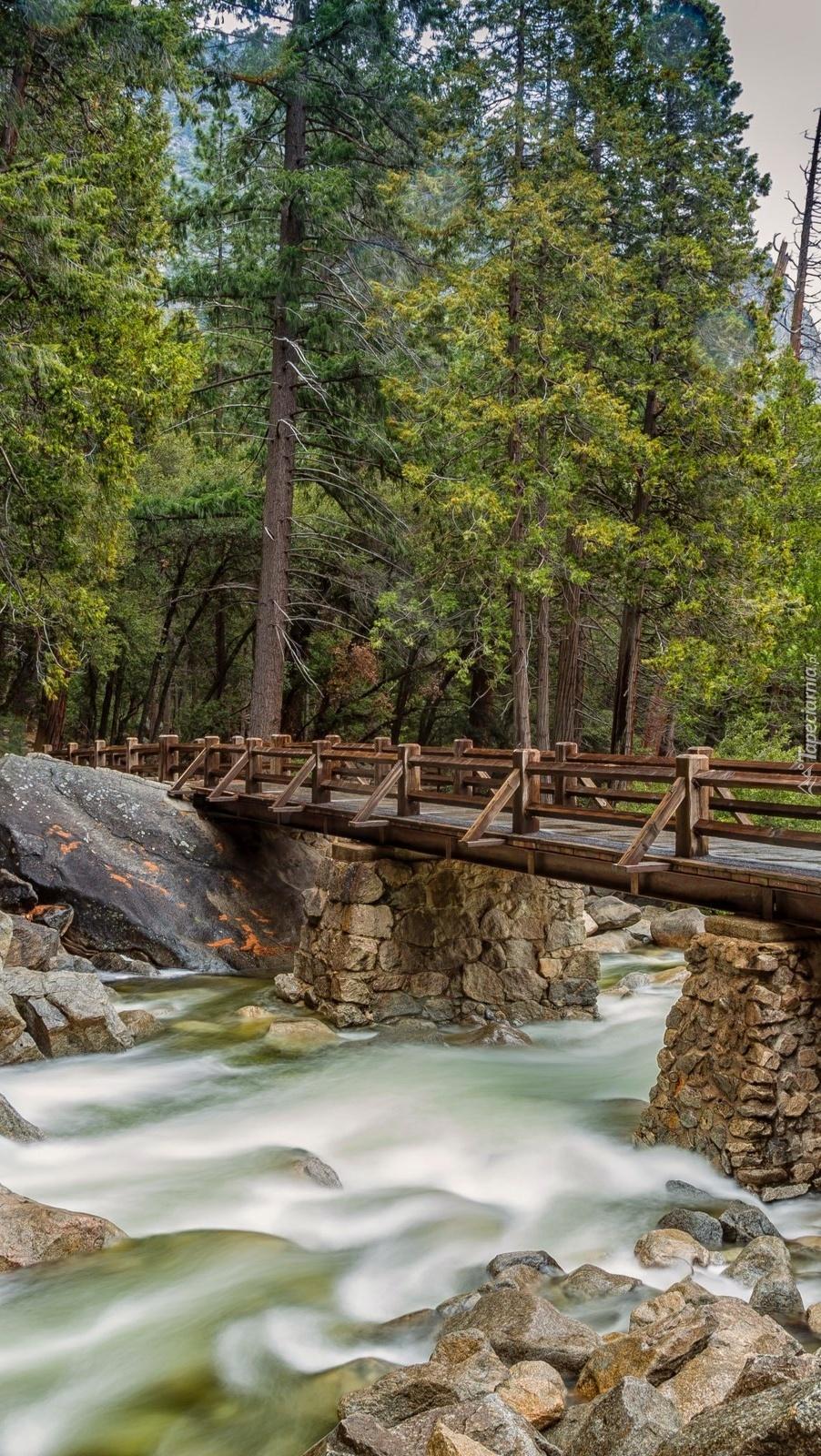 Most nad rwącą rzeką